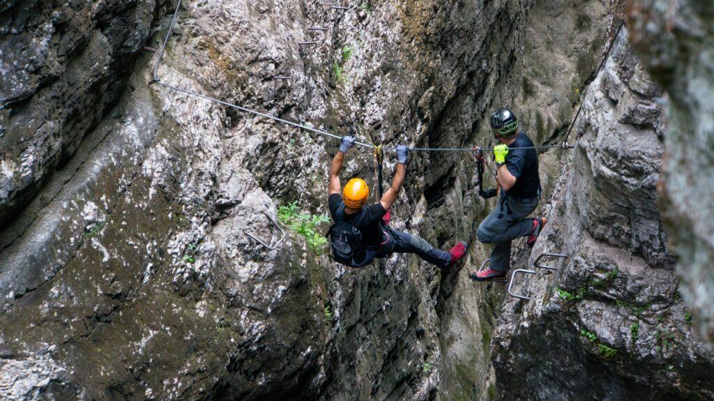 Zwei Männer am Klettersteig.