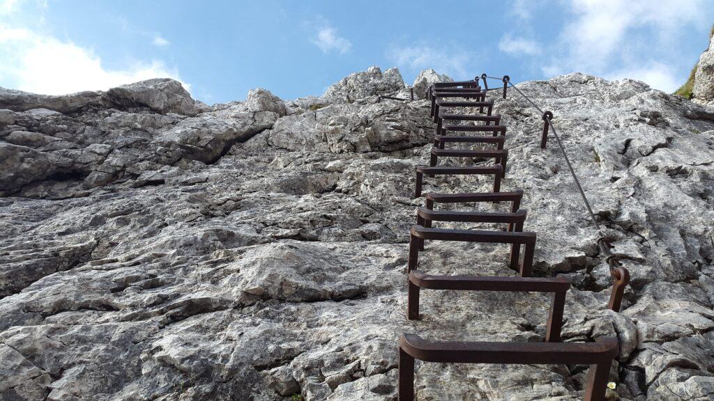 Klettersteig mit Eisentritten / Alpspitze.